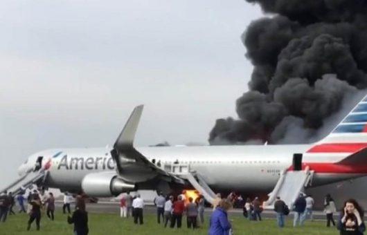 chicago-usa-podczas-kolowania-w-strone-pasa-startowego-zapalil-sie-silnik-samolotu-american-airlines-2
