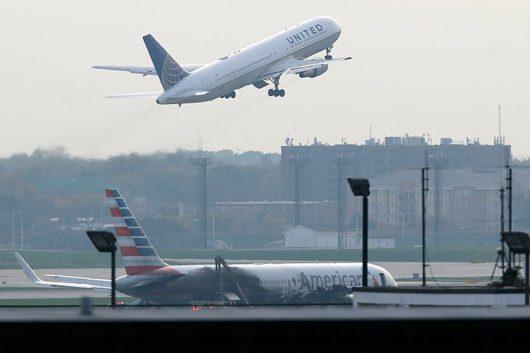 chicago-usa-podczas-kolowania-w-strone-pasa-startowego-zapalil-sie-silnik-samolotu-american-airlines-3