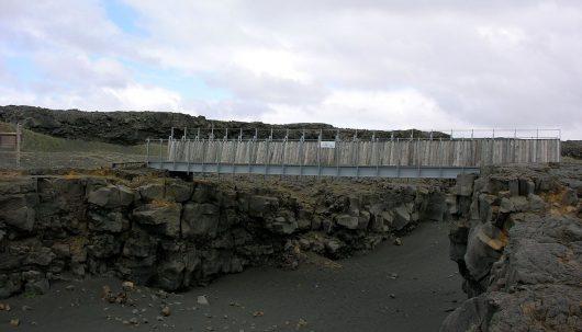 Symboliczny most rozciągnięty między kontynentami