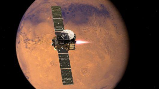 Rysunek pojazdu Trace Gas Orbiter, hamujacego na orbicie Marsa /ESA/ATG medialab /materiały prasowe
