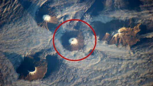 Wulkan Cleveland (oznaczony na czerwono) został objęty pomarańczowym alertem