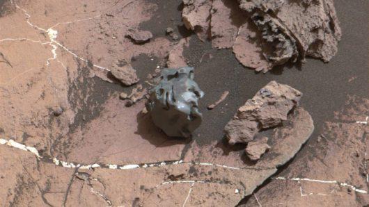 lazik-curiosity-znalazl-na-marsie-blyszczacy-meteoryt-przypominajacy-kamienne-jajko-2