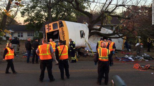 chattanooga-usa-szkolny-autobus-doslownie-zawinal-sie-na-drzewie