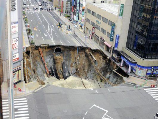 fukuoka-japonia-potezne-zapadlisko-w-centrum-miasta-1