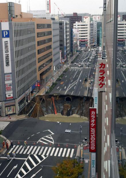 fukuoka-japonia-potezne-zapadlisko-w-centrum-miasta-2