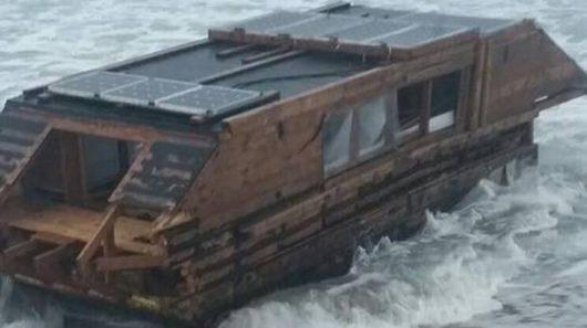 irlandia-na-plazy-znaleziono-drewniany-plywajacy-dom-z-kanady-1