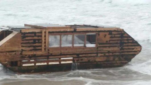 irlandia-na-plazy-znaleziono-drewniany-plywajacy-dom-z-kanady-2