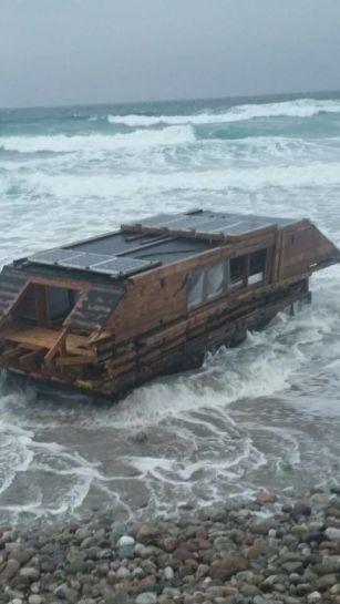 irlandia-na-plazy-znaleziono-drewniany-plywajacy-dom-z-kanady-3