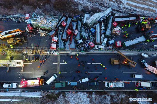 shanxi-chiny-w-karambolu-na-autostradzie-zderzylo-sie-56-samochodow