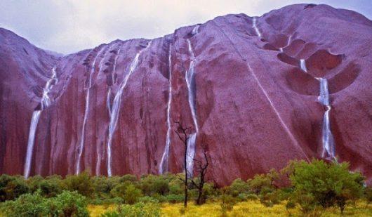 Australia – Wodospady pojawiły się na świętej górze aborygenów, wystąpiły potężne ulewy do 400 l/mkw nad zazwyczaj suchym Uluru, który jest jednym z największych monolitów na świecie