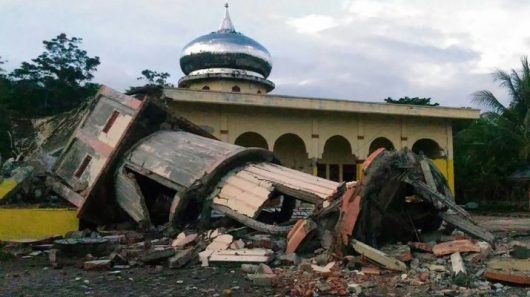 indonezja-w-trzesieniu-ziemi-na-sumatrze-o-sile-6-5-zginelo-ponad-100-osob-4