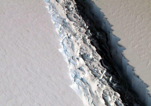 pojawila-sie-potezna-rozpadlina-w-antarktycznym-lodowcu-larsen-c