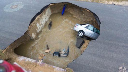 usa-ogromna-dziura-w-jezdni-pochlonela-dwa-samochody-w-san-antonio-1