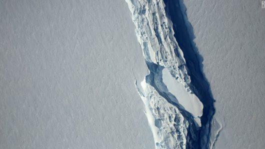 Antarktyda – W ciągu ostatniego miesiąca bardzo mocno powiększyła się ogromna szczelina w lodowcu szelfowym Larsena, jeszcze tej zimy lodowiec może się oddzielić