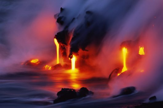 Hawaje, USA – Potężny strumień lawy z wulkanu Kilauea wpływa do oceanu