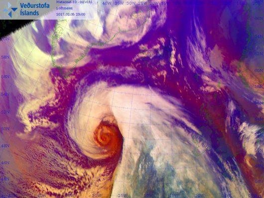 Nad Atlantykiem powstał głęboki niż Niklas o cechach cyklonu tropikalnego, wiatr wieje z prędkością 200 km/h, ciśnienie w centrum niżu spadło do 929 hPa