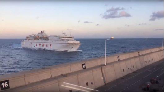 Wyspy Kanaryjskie, Hiszpania – W porcie Las Palmas duży prom uderzył w nabrzeże krusząc beton, z uszkodzonego rurociągu do morza wypłynęło ponad 60 tysięcy litrów oleju napędowego [Video]