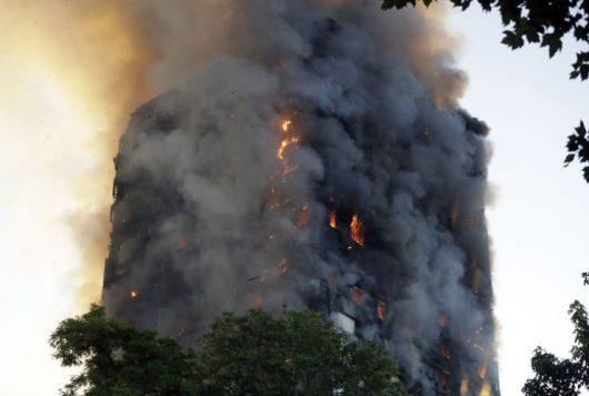 UK – Potężny pożar 27-piętrowego wieżowca Grenfell Tower w Londynie, zginęło co najmniej 58 osób, 78 rannych