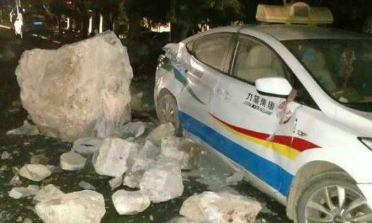 Syczuan, Chiny – Co najmniej 19 ofiar silnego trzęsienia ziemi o magnitudzie 6.5, uszkodzonych 130 tysięcy domów