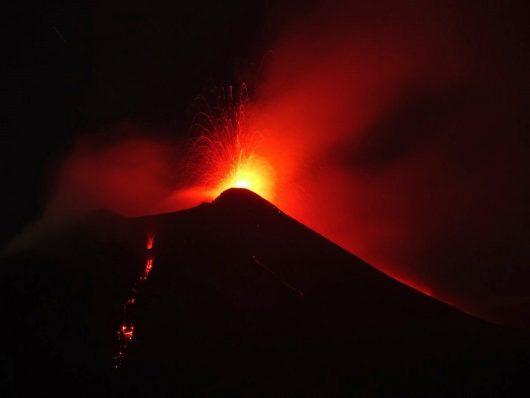 Etna - 23.08.2018 / 22;30 - dwa strumienie lawy z wyrzutem stromboli