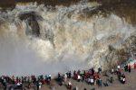 Chiny - Po intensywnych opadach deszczu w górnym odcinku Żółtej Rzeki przez wodospad Hukou przepływało prawie 1500 m3 wody na sekundę, co stanowi 3 razy większy przepływ od normalnego