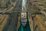 Grecja - Potężny wycieczkowiec Braemar przepłynął przez wąski Kanał Koryncki łączący Morze Egejskie z Morzem Jońskim