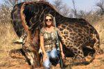 Dumna i uśmiechnięta z zabicia bezbronnej żyrafy czarnej